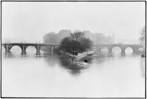 1_Ile de la Cité, Parigi, 1952_© Henri Cartier-BressonMagnum PhotosContrasto