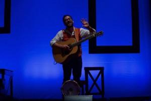 Il musicante Mario Incudine in azione.